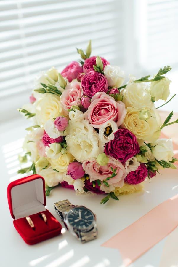 Beau bouquet l'épousant avec des anneaux d'or, accessoires nuptiales images libres de droits