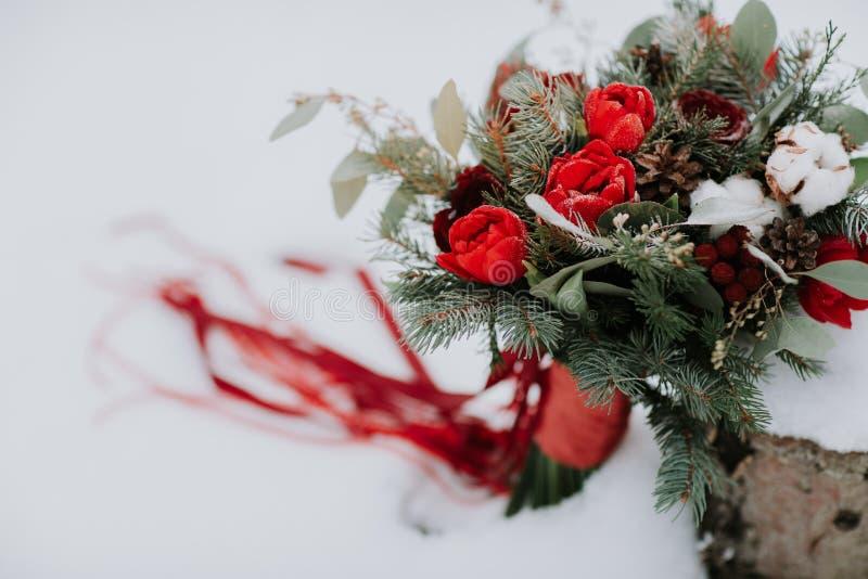 Beau bouquet l'épousant, mariage floristry Jeune mariée l'épousant élégante de bouquet Vue de c?t? D?cor de mariage photographie stock