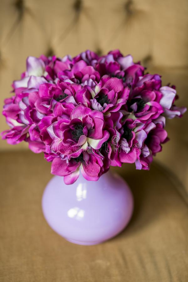 Beau bouquet mono anemonic dans le vase Beau groupe de fleurs Travail du fleuriste professionnel Wedding ou du décor à la maison image libre de droits