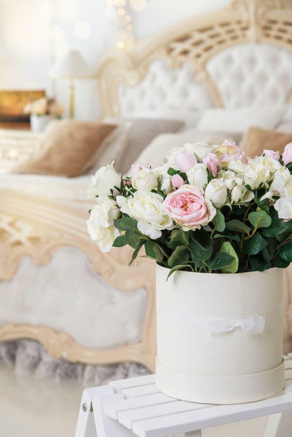 Beau bouquet nuptiale en appartements blancs images stock
