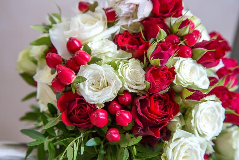 Beau bouquet nuptiale l'épousant des roses rouges et blanches lumineuses photos stock
