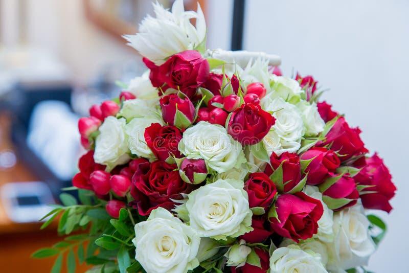 Beau bouquet nuptiale l'épousant des roses rouges lumineuses photo stock
