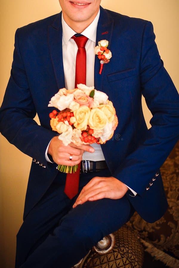 Beau bouquet nuptiale tendre dans les mains image stock