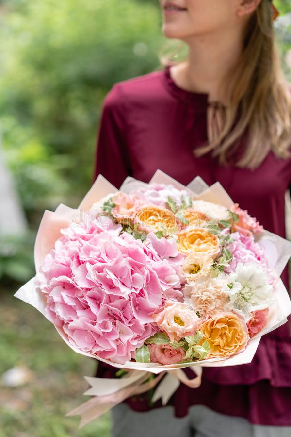 Beau bouquet rose d'été Disposition avec des fleurs de mélange Jeune fille tenant la composition florale Le concept d'a images libres de droits