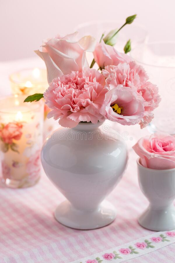 Beau bouquet rose et blanc sur la table de la cuisine photos stock