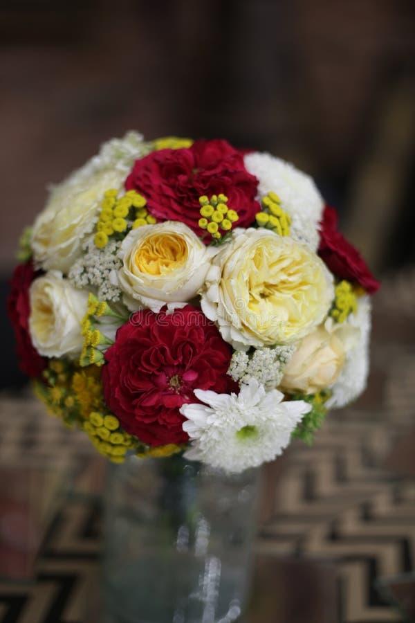 Beau bouquet sous forme de sphère, un bouquet nuptiale, fleurs dans un pot de fleurs sur un fond foncé image stock