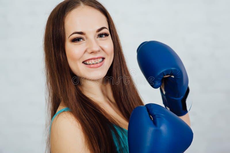 Beau boxeur de fille avec des accolades photos stock