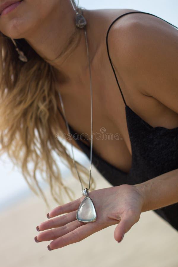Beau Brésilien bronzé montrant le collier en cristal image libre de droits