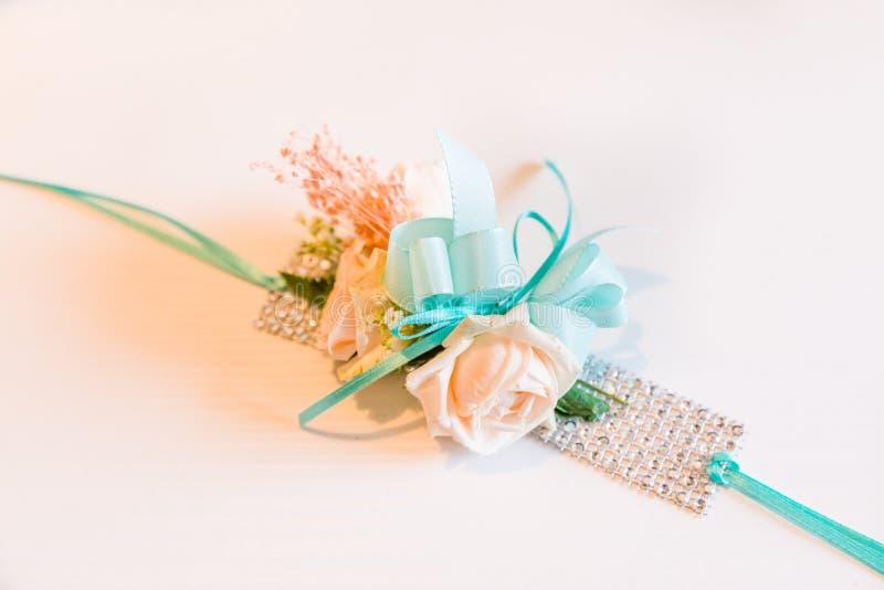 Beau bracelet de fleur pour des demoiselles d'honneur images libres de droits