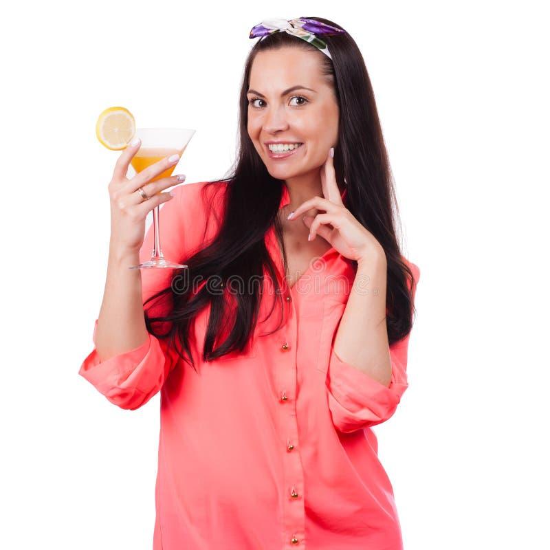 Beau brunette appréciant un cocktail image libre de droits