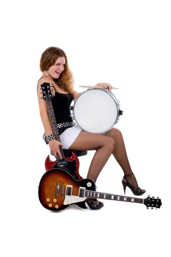Beau brunette avec guitares et tambour de piège images libres de droits