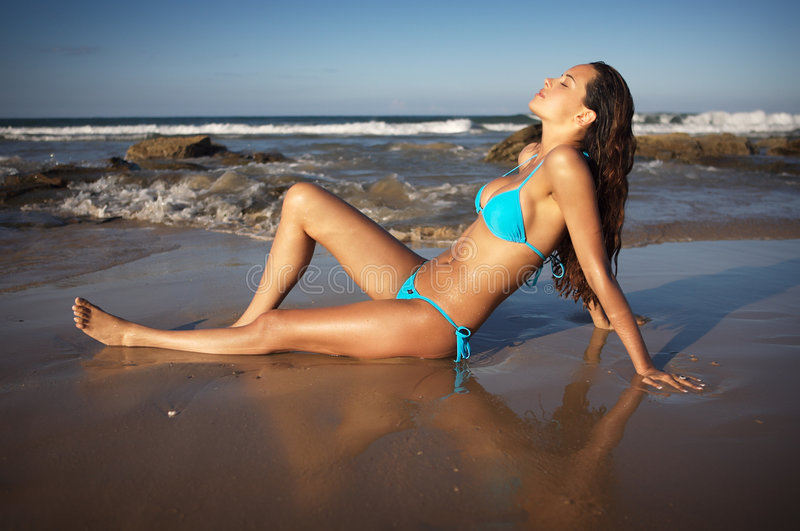 Beau brunette dans le bikini photo stock