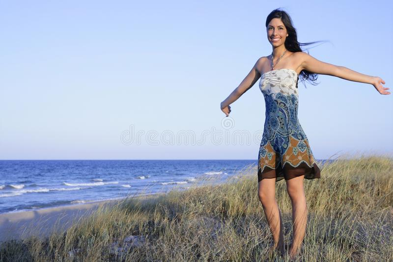 Beau brunette posant sur la plage photo libre de droits