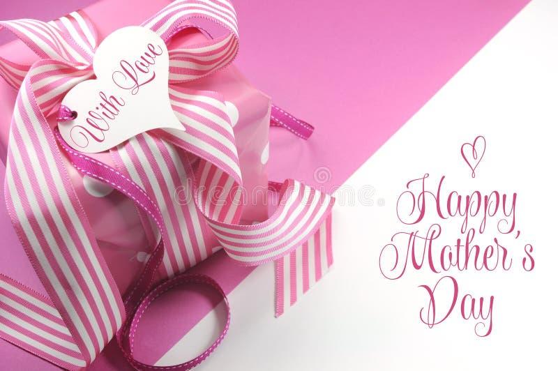 Beau cadeau rose sur le fond rose et blanc avec le texte témoin et l'espace de copie pour votre texte ici pour le jour de mères images stock