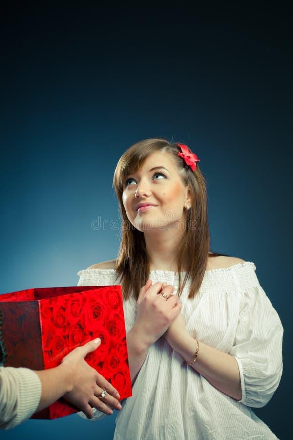Beau cadre de fille et de cadeau photos stock