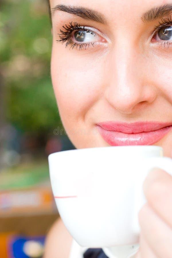 Beau café potable de sourire de femme photos stock