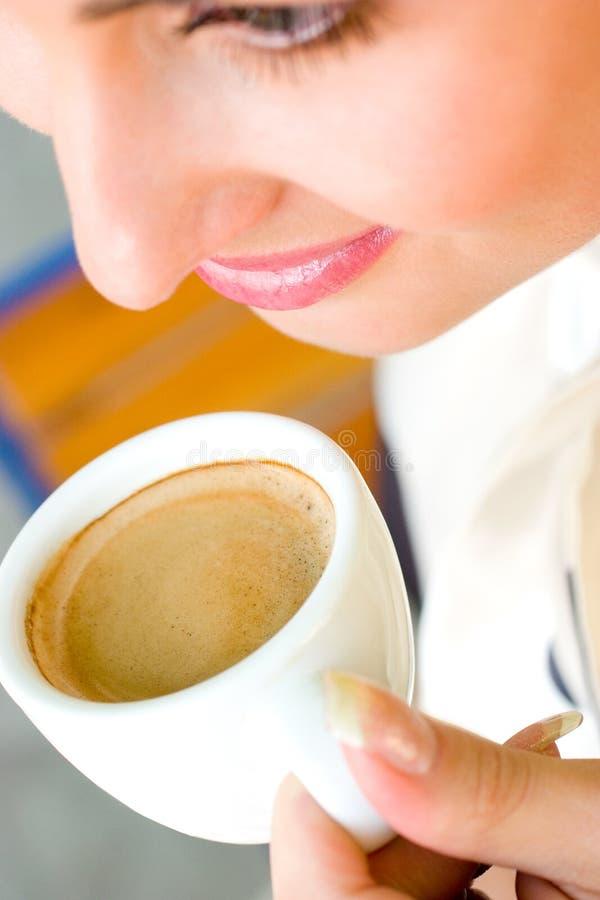 Beau café potable de sourire de femme images libres de droits