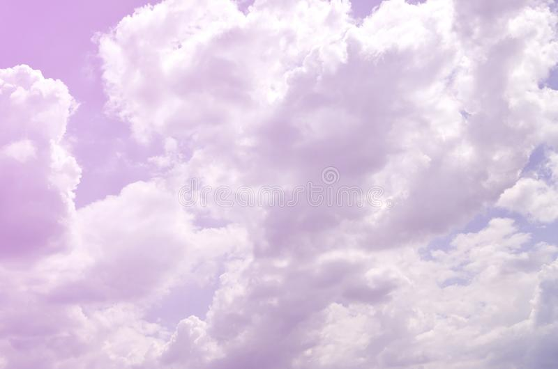 Beau calibre de fond de ciel bleu avec un certain espace pour le message textuel d'entrée ci-dessous d'isolement sur le bleu image stock