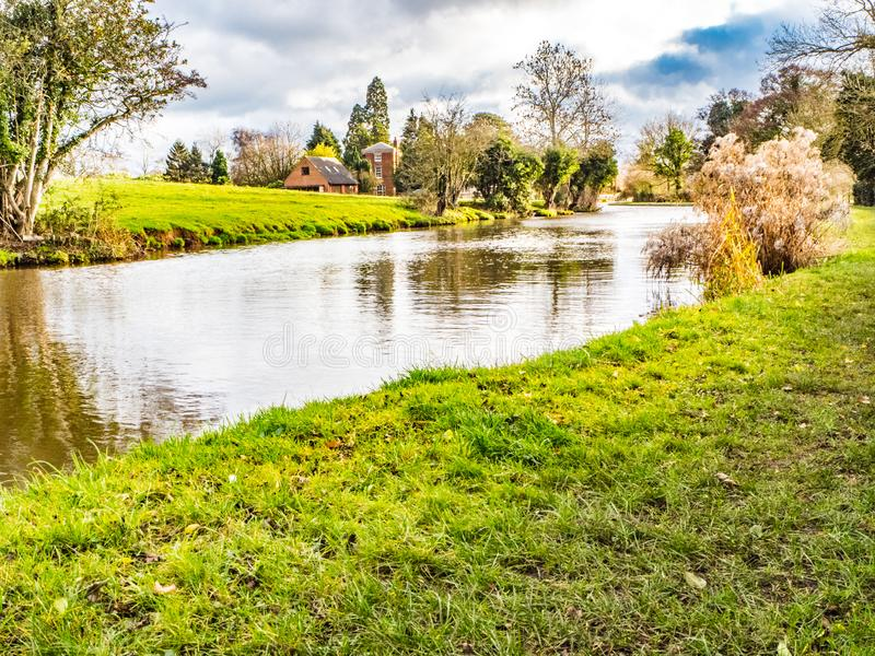 Beau canal en automne photo stock
