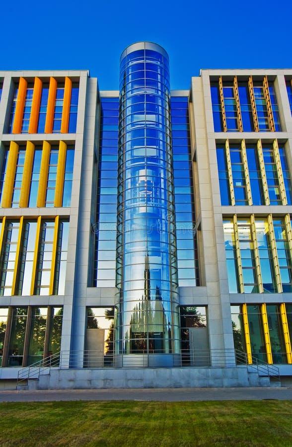 Beau centre d'affaires à Riga photos libres de droits