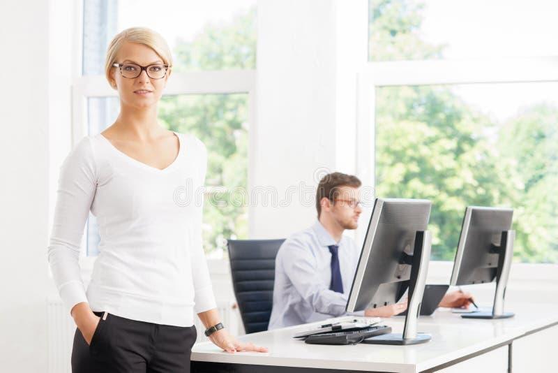 Beau CEO de femelle maintenant tout sous le contrôle dans le bureau photos stock