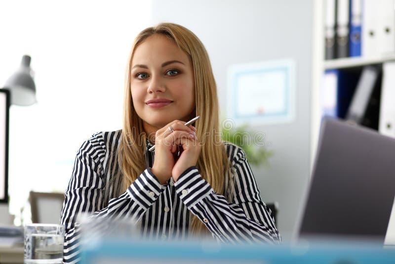Beau CEO féminin de sourire à la table de travail regardant in camera photographie stock libre de droits