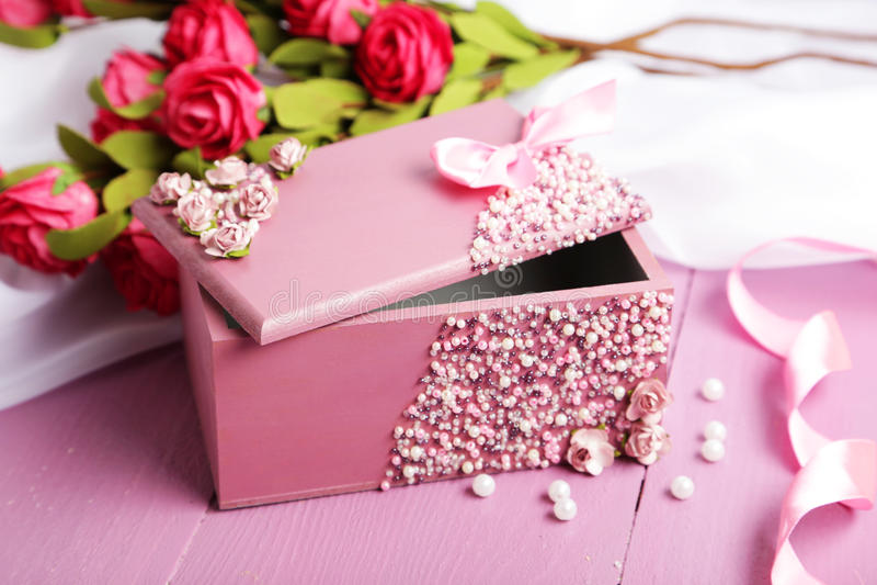 Beau cercueil avec des fleurs sur le fond en bois pourpre image stock