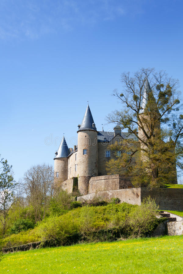 Beau château de Veves avec l'herbe et les arbres images libres de droits