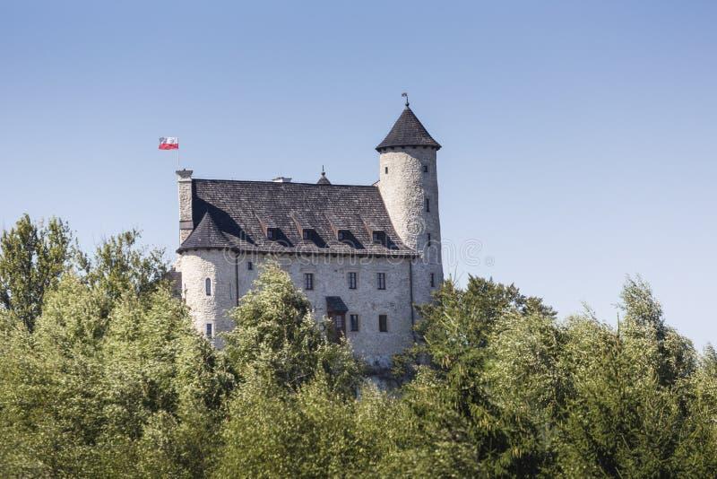 Beau château médiéval au jour ensoleillé au-dessus du ciel bleu, Bobolice, photos stock