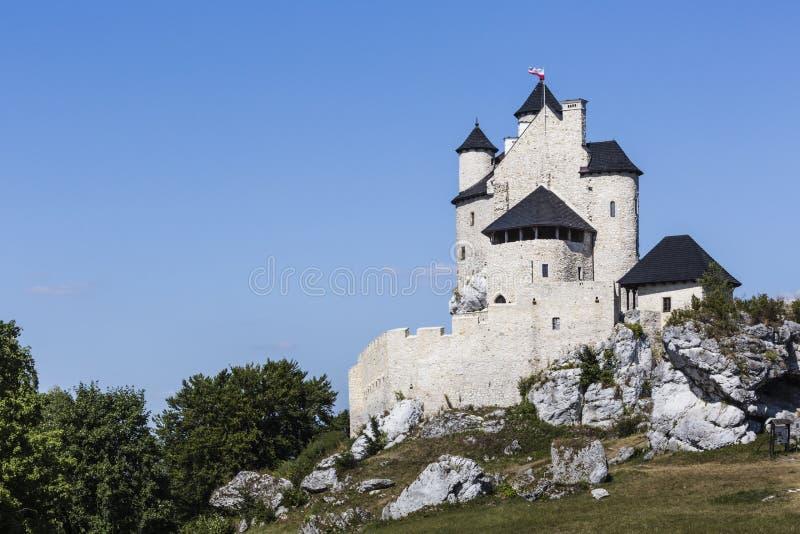 Beau château médiéval au jour ensoleillé au-dessus du ciel bleu, Bobolice, images stock