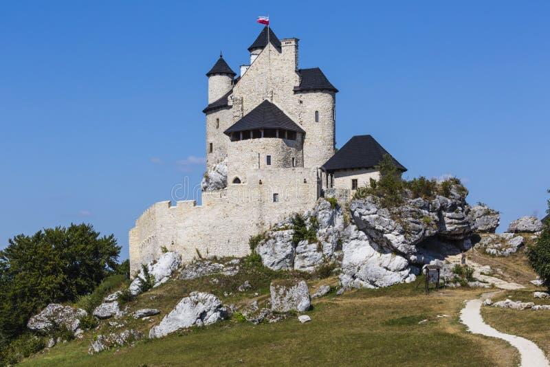 Beau château médiéval au jour ensoleillé au-dessus du ciel bleu, Bobolice, photo libre de droits