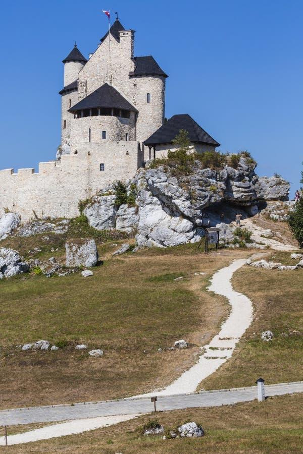 Beau château médiéval au jour ensoleillé au-dessus du ciel bleu, Bobolice, image stock