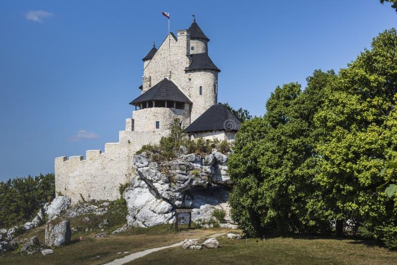 Beau château médiéval au jour ensoleillé au-dessus du ciel bleu, Bobolice, image libre de droits