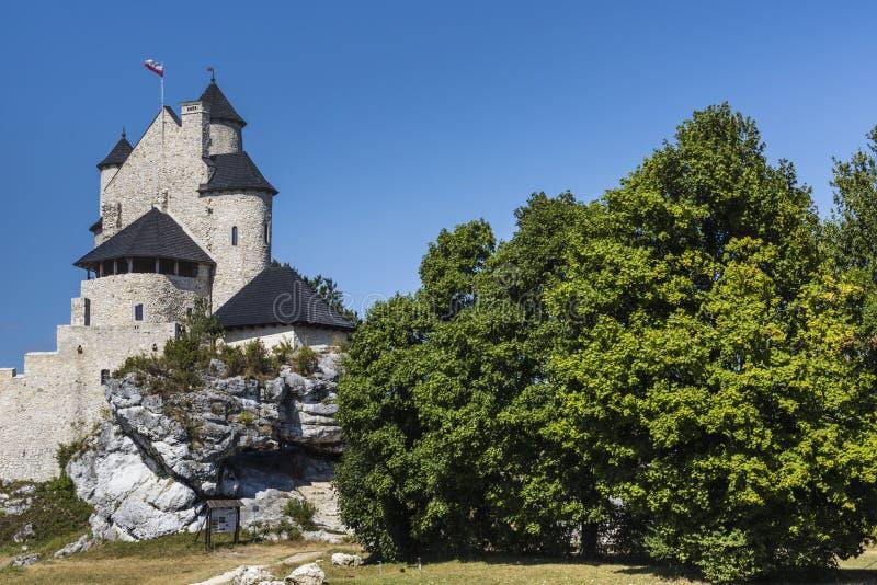 Beau château médiéval au jour ensoleillé au-dessus du ciel bleu, Bobolice, images libres de droits