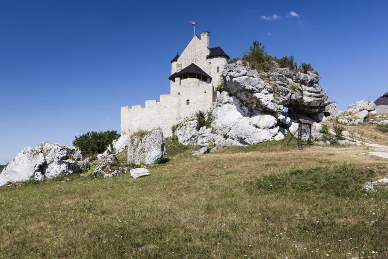 Beau château médiéval au jour ensoleillé au-dessus du ciel bleu, Bobolice, photos libres de droits