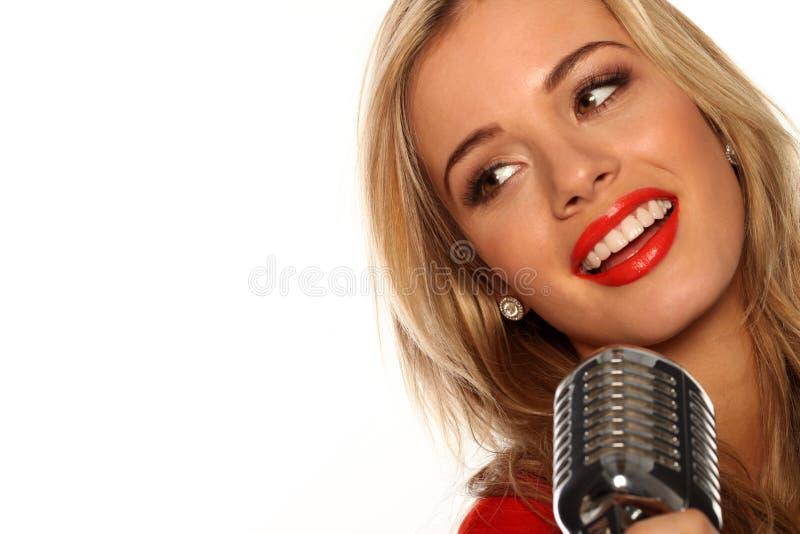 Beau chanteur avec le microphone images stock