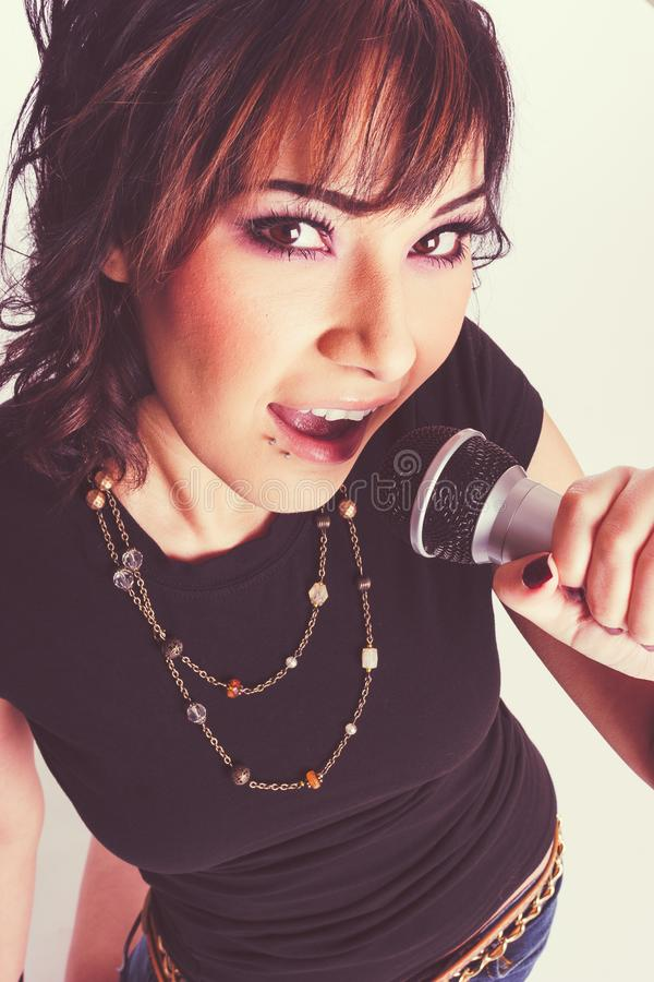 Beau chanteur de fille image libre de droits