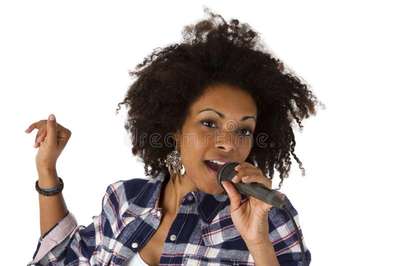 Beau chanteur de karaoke de femme d'afro-américain photographie stock
