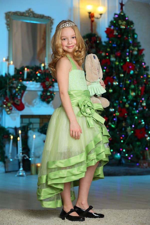 Beau charmant l'enfant-fille assez blonde sur le fond d'un arbre de nouvelle année photos stock