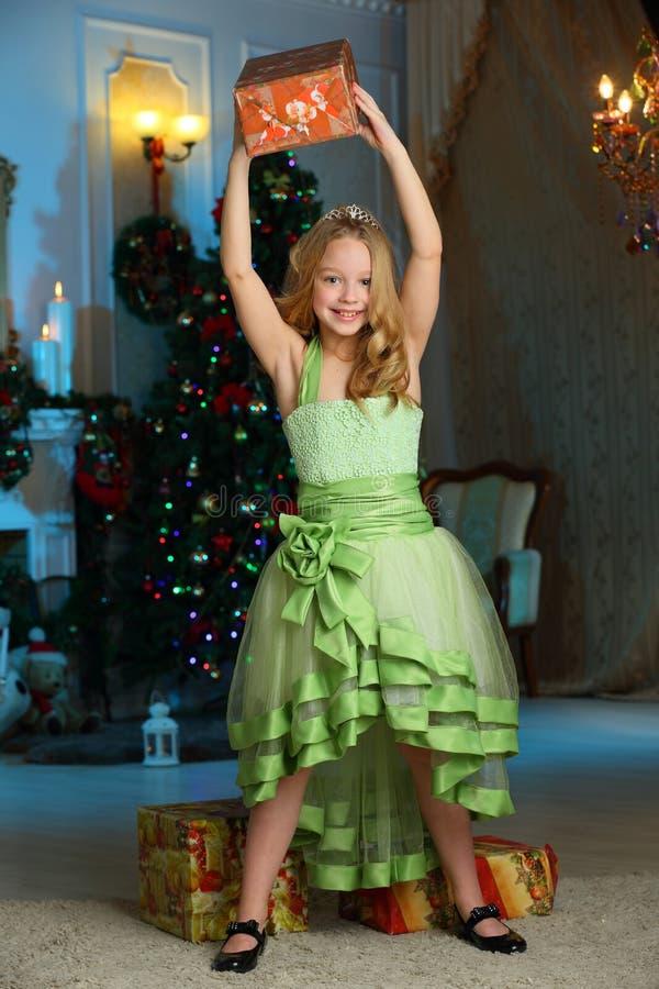 Beau charmant l'enfant-fille assez blonde sur le fond d'un arbre de nouvelle année images stock