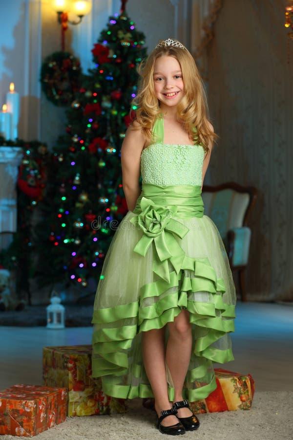 Beau charmant l'enfant-fille assez blonde sur le fond d'un arbre de nouvelle année images libres de droits