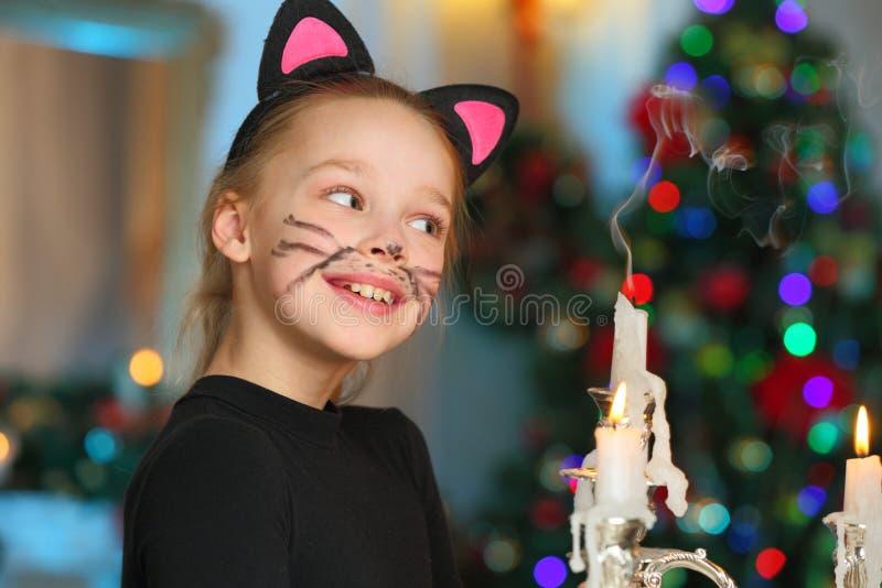 Beau charmant l'enfant-fille assez blonde sur le fond d'un arbre de nouvelle année photo stock
