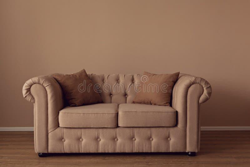 Beau chesterfild beige de sofa de textile dans les intérieurs images stock