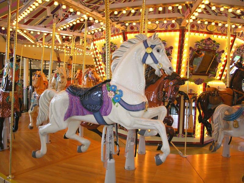 Beau cheval blanc de carrousel photos libres de droits