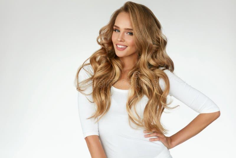 Beau cheveu bouclé Fille avec le long portrait onduleux de cheveux volume photos stock