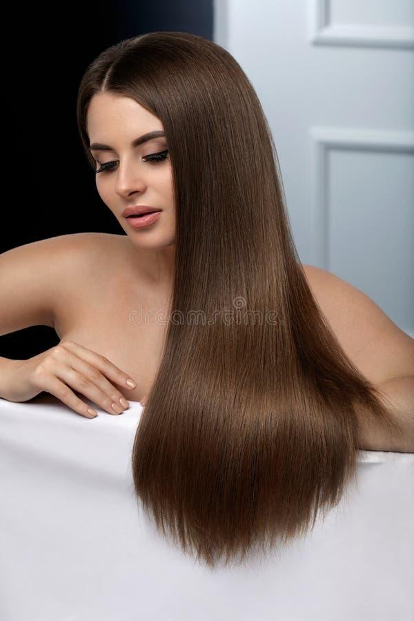 Beau cheveu Cheveux modèles de With Glossy Straight de femme longs photo stock