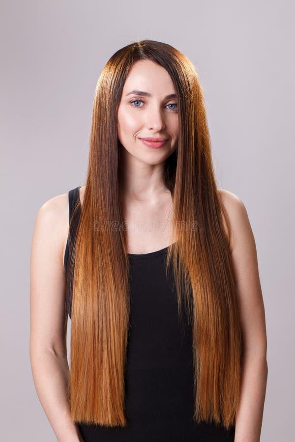 Beau cheveu Femme de brune de beauté avec de longs cheveux luxueux et yeux fermés au-dessus de fond bleu Maquillage Modèle de fil photos libres de droits