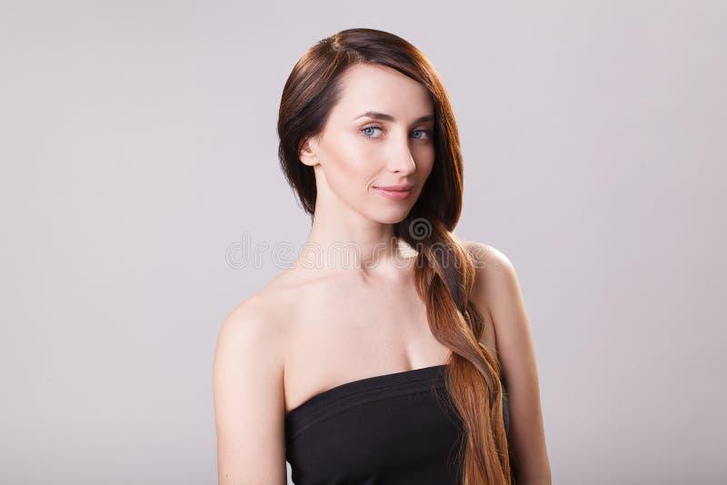 Beau cheveu Femme de brune de beauté avec de longs cheveux luxueux et yeux fermés au-dessus de fond bleu Maquillage Modèle de fil photographie stock