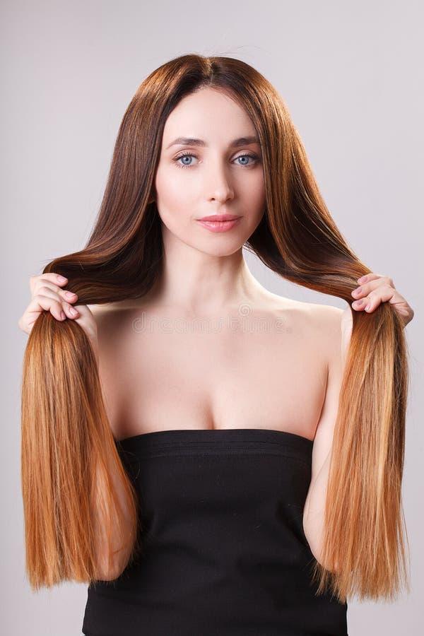 Beau cheveu Femme de brune de beauté avec de longs cheveux luxueux et yeux fermés au-dessus de fond bleu Maquillage Modèle de fil photo libre de droits