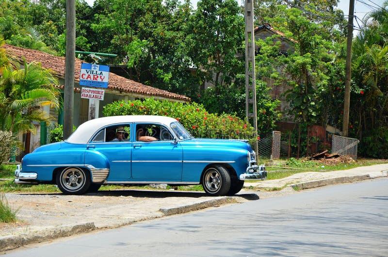 Beau Chevrolet bleu dans Vinales, Cuba photos stock